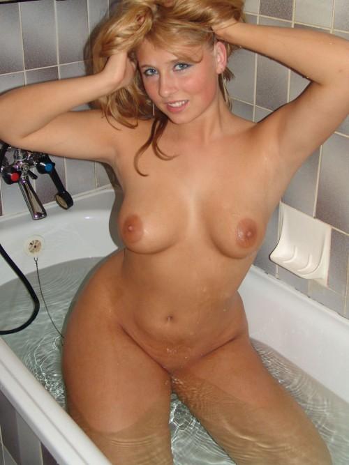 Улыбчивая красотка моет груди в ванной