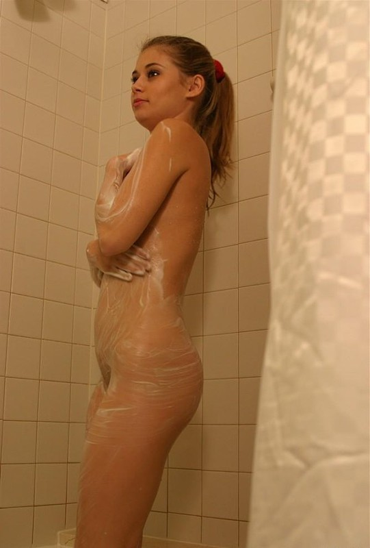 Неимоверная сучка подмывается в ванной