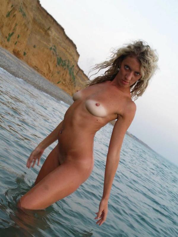 Обаятельная грешница кокетливо плавает в море