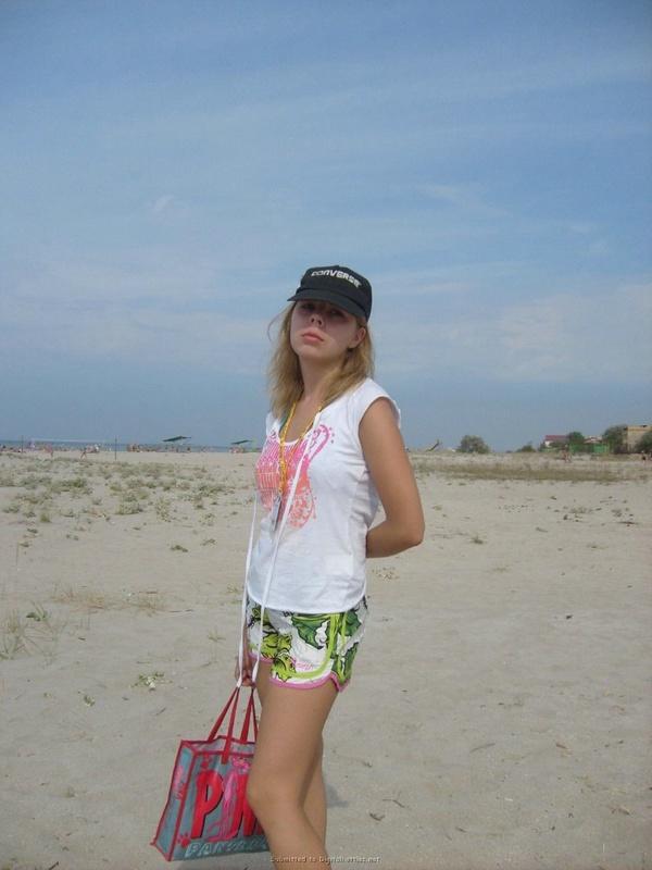 Аня делает селфи на морском песке без стрингов