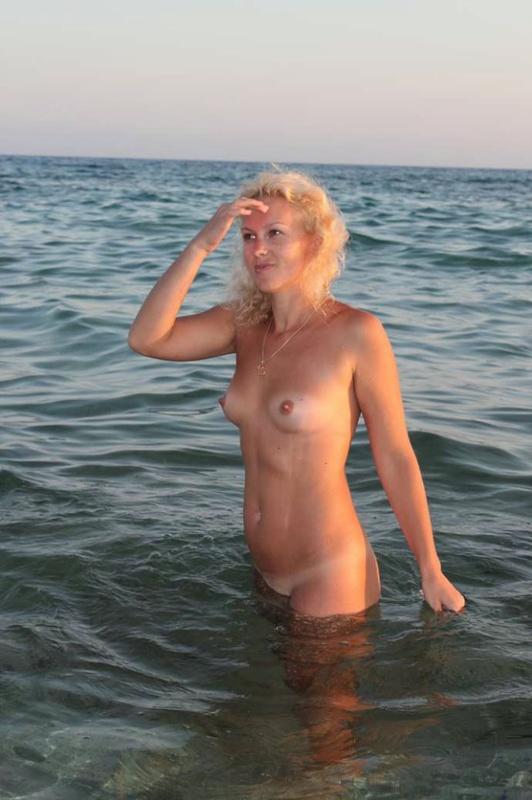 Зрелая Развратница Разгуливает Обнаженной На Пляже В Кипре