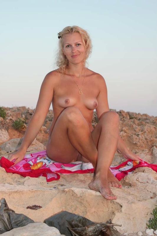 Умелая проститутка разгуливает раздетой на пляже в Кипре