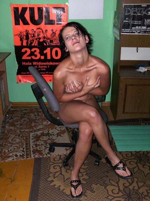 Голая русая порноактрисса позирует дома