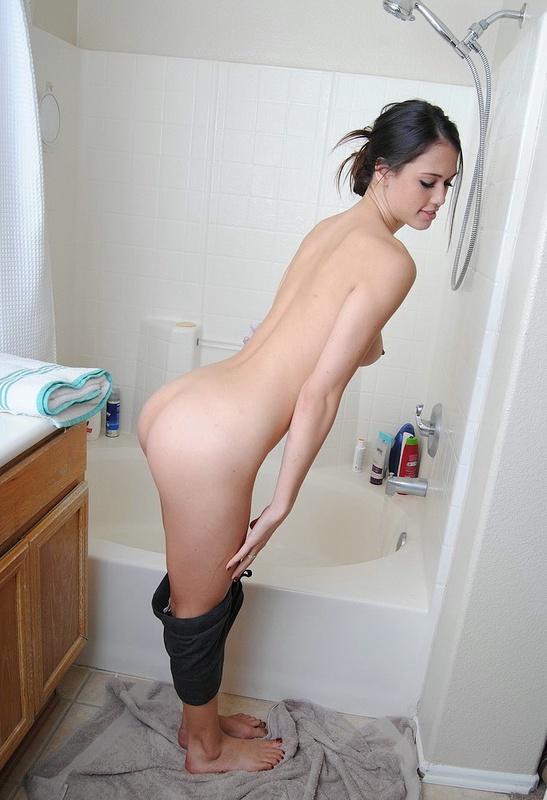 Голая шатенка собралась помыться в ванной