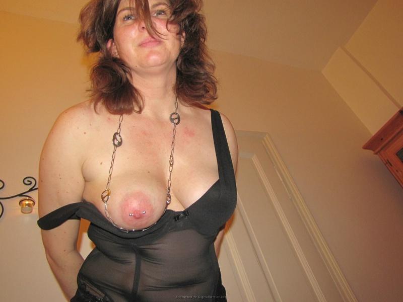 Сидя на диване 40 летняя мадам светит грудью и мандой