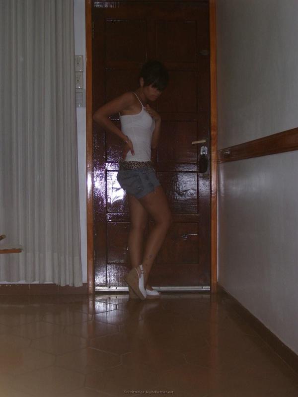 19-летняя Кристина хвастается попкой не снимая бикини
