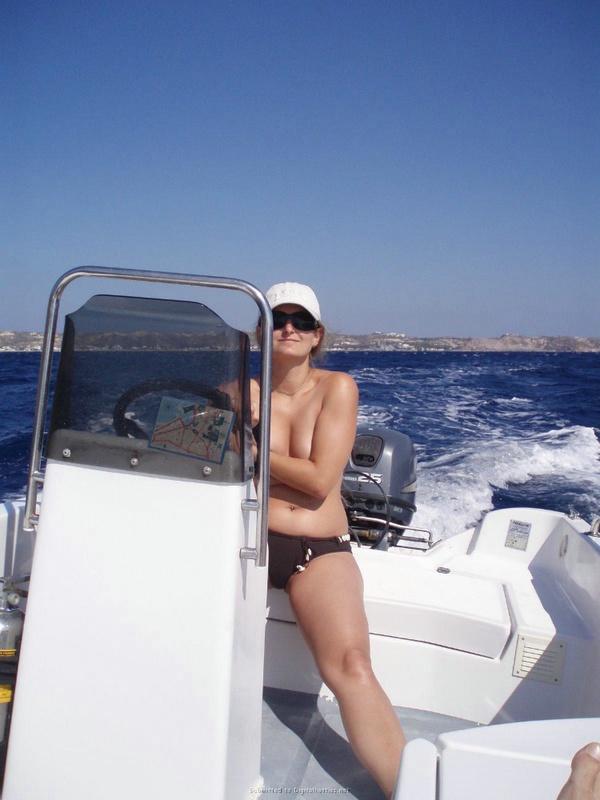 Баба загорает в отпуске топлесс секс фото