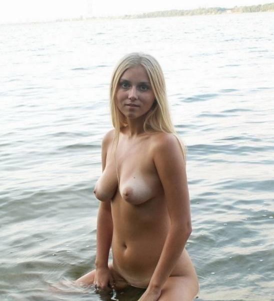 Ева намочила в реке раздетую пилотку