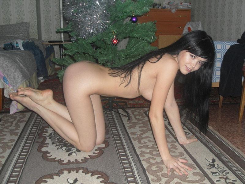 Перед праздником нежная шатенка наряжает елку нагишом смотреть эротику