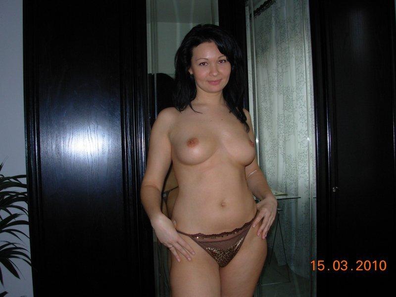 Сексапильная киргизка позволила себе обнажиться на кровати секс фото