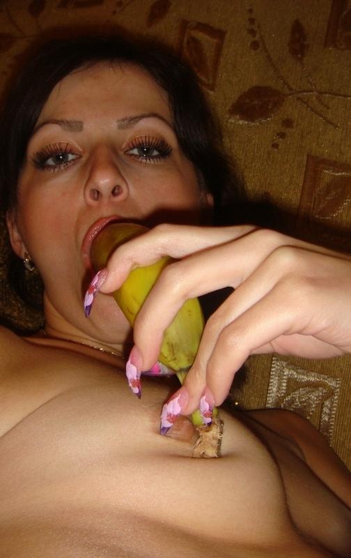 Бикса воткнула банан промеж влажных половых губ секс фото