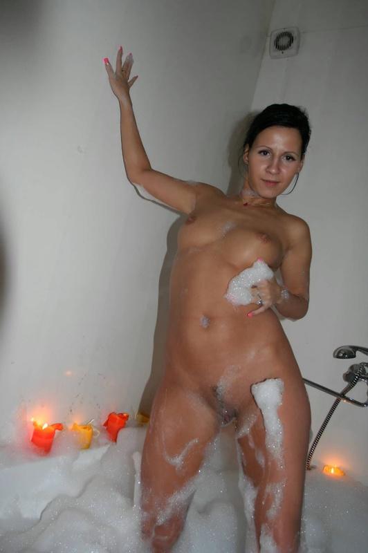 Тридцатилетняя Александра принимает ванну с пеной