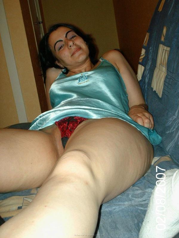 Азербайджанка в нижнем белье разлеглась на диване