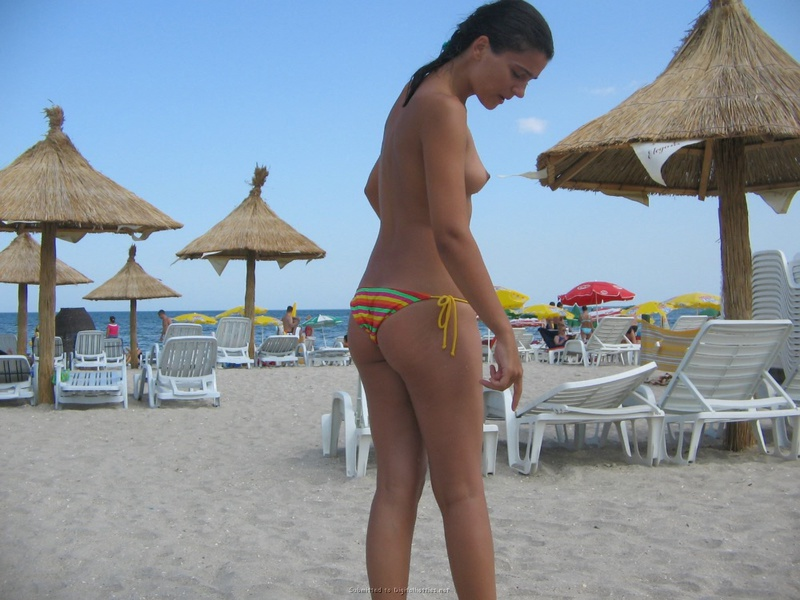 Стерва ходит по пляжу не пряча маленькие дойки