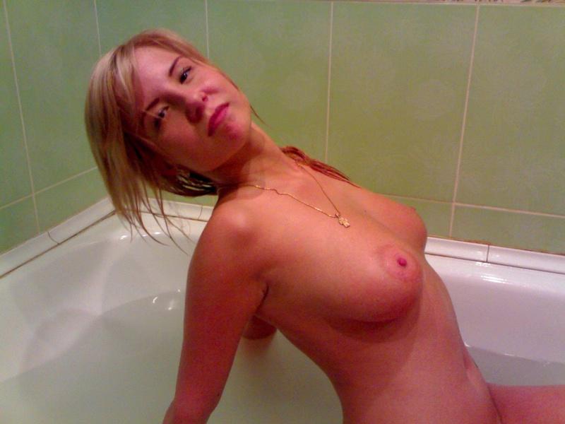 Анджелина купает голые сиськи в теплой воде смотреть эротику