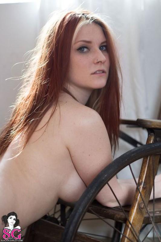 Рыженькая тварь разделась на фоне кресла-качалки