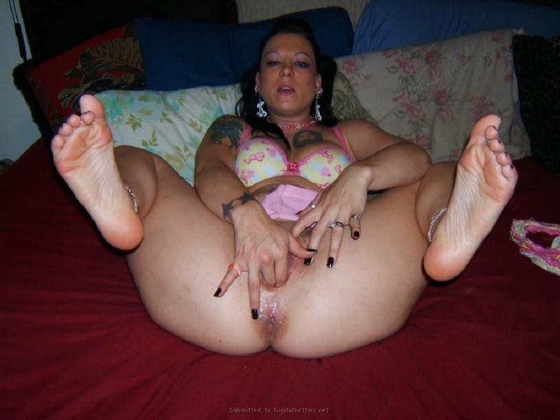 Девка яростно онанирует лежа на полу с помощью огромного дилдо