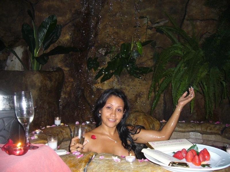 Мулаточка желает сниматься под струями водопада