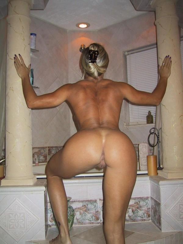 Прелестная блондинка откровенно шалит дома