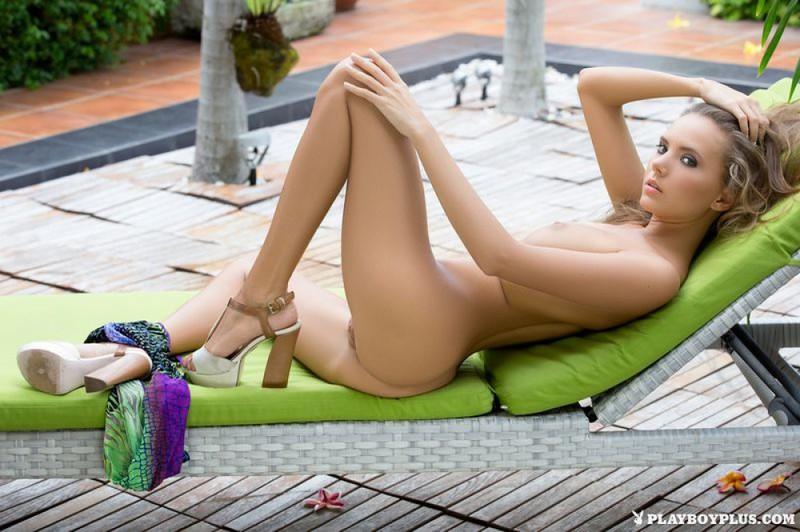 Катя обнажила себя в ботаническом саду