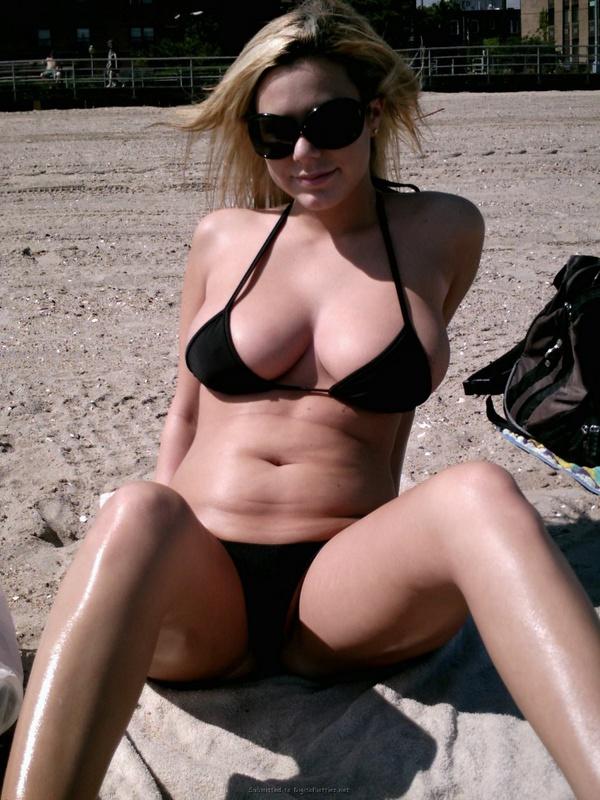 Пышногрудая соблазнительница любит демонстрировать сиськи на пляже