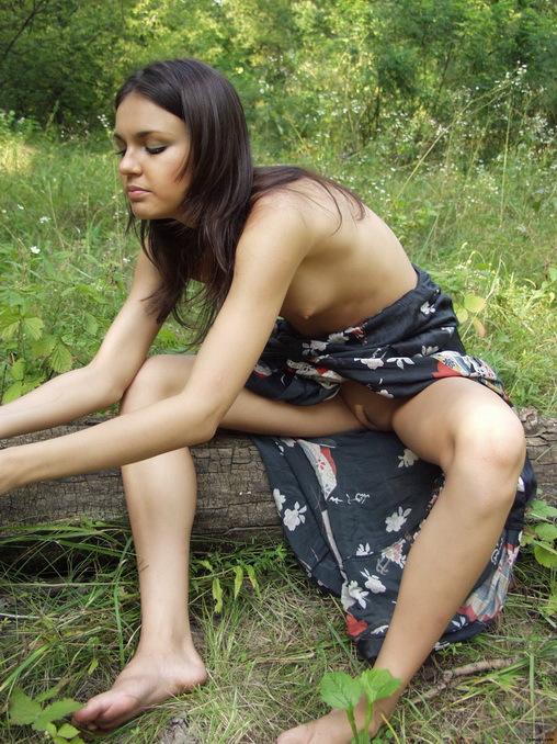 Сидя на бревне нимфа скинула шелковый халатик