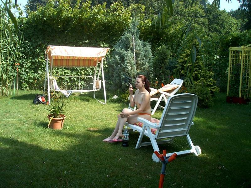 Мамка любит находиться под солнцем топлес