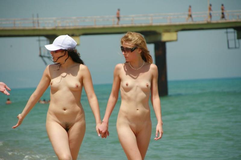 Четыре лесбияночки гуляют по пляжу без купальников