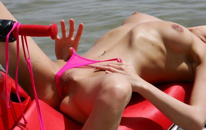 Смуглая блондинка обнажает сиськи на водном мотоцикле