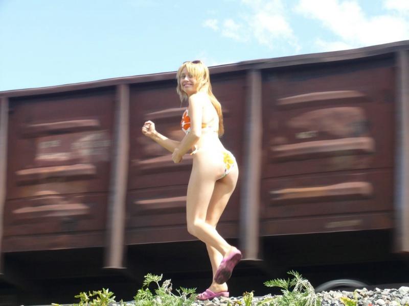 Алена в купальнике развратничает возле железной дороги