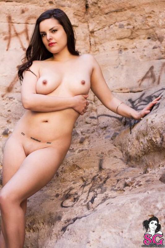 Джоя продемонтстрировала себя в горном ущелье