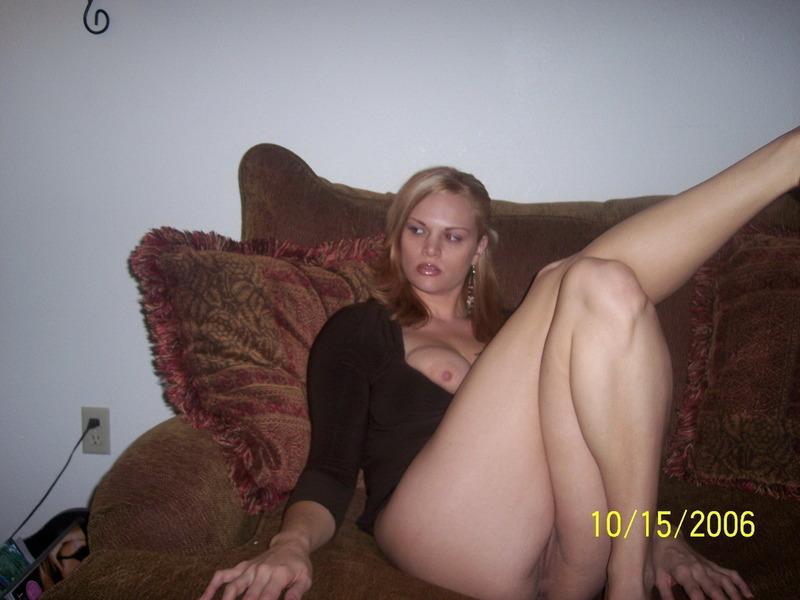 Сидя на диване бестия вывалила титьки из платья