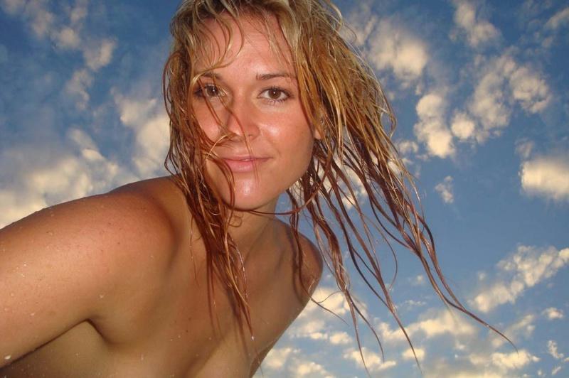 Бикса запечатлела свои груди на пустынном пляже