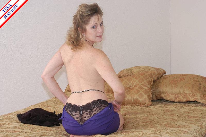 Страстная бабуля отсасывает старого ловеласа на постели