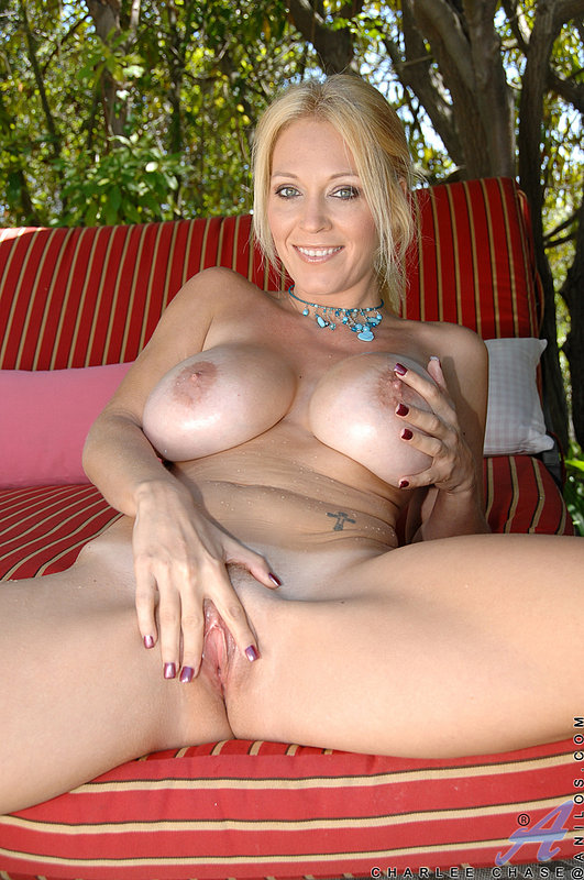 Возле бассейна блонда оголила большие дойки