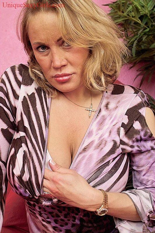 Озабоченная бабка может выдавить молоко из огромных буферов секс фото