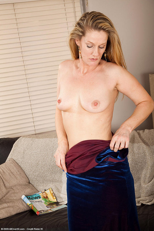Бабулька мастурбирует после чтения журнала