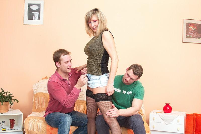 Титястая мамка манит пару молодчиков в номере