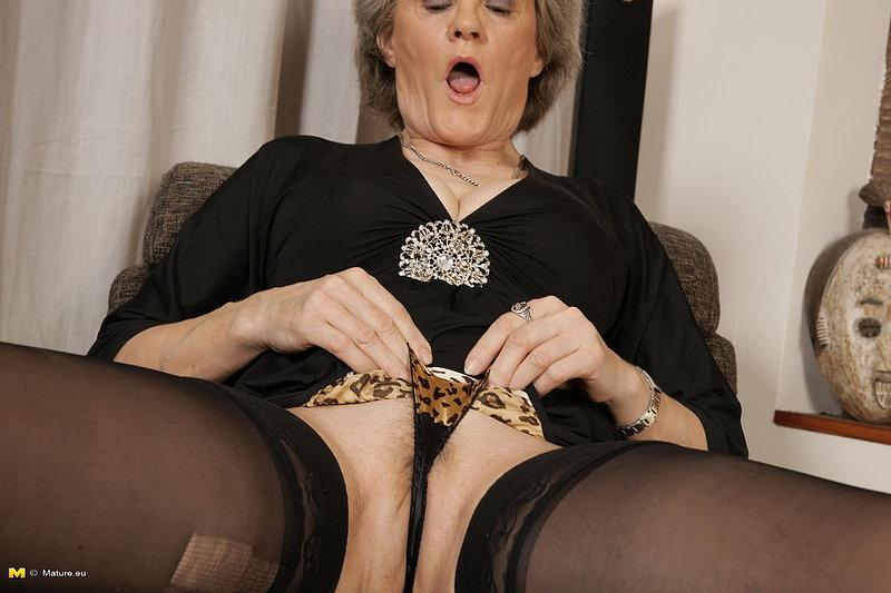 Седая бабушка трахает себя дилдо на кресле
