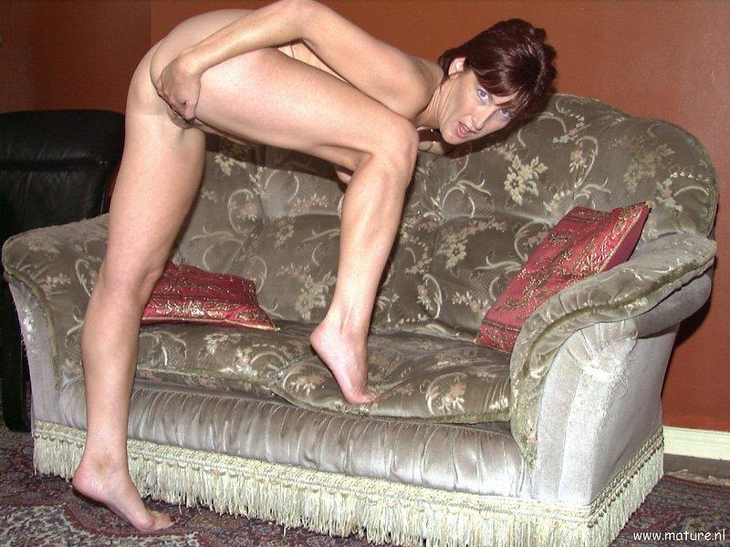 Старая шлюшка бахвалится киской на кресле