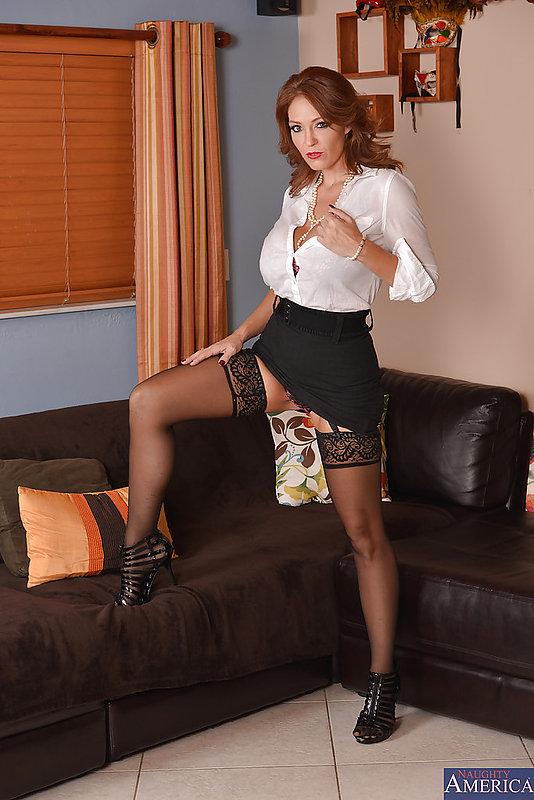 Зрелая бизнес-леди вывалила большие сиськи на черном диване