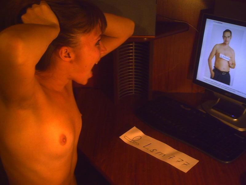 Сексуальные чики веселятся без лифчика под потолком секс фото