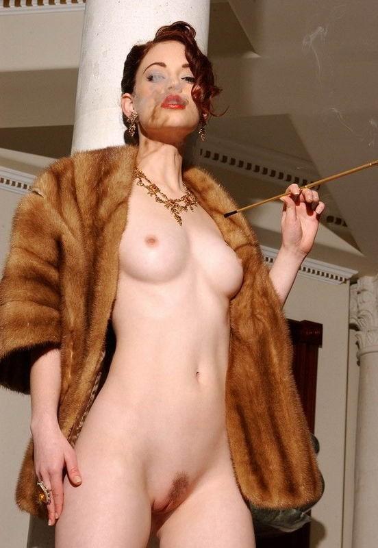 Обнаженные девки в мехах не прячут половые губы