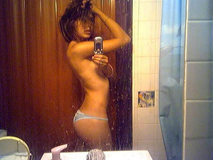 20-летняя нимфетка часто снимает себя перед зеркалом без стрингов смотреть эротику