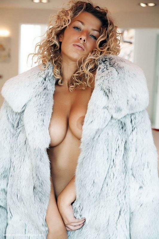 Грациозные девки в мехах оголяют красивую грудь