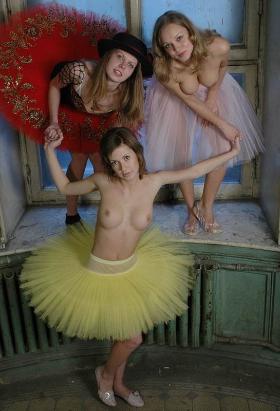 Развратные балерины показала растяжку не надев тонги