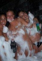 Пьяные телки с голым торсом целуются на пенной вечеринке 5 фотография