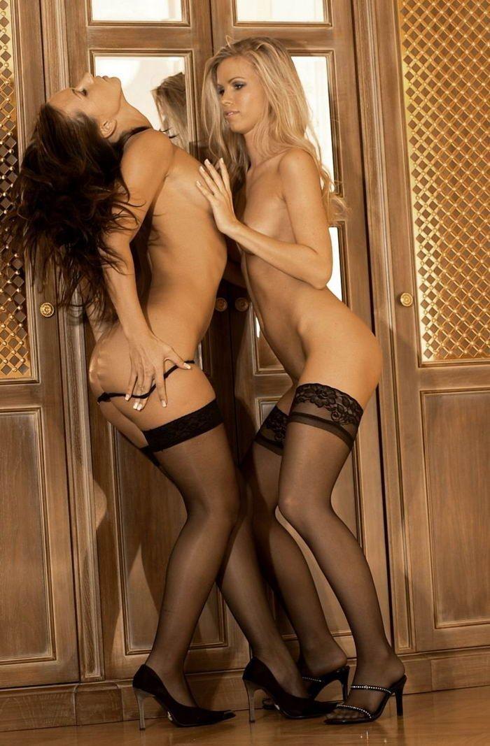 Пьяные девки с обнаженным туловищем целуются на пенной вечеринке