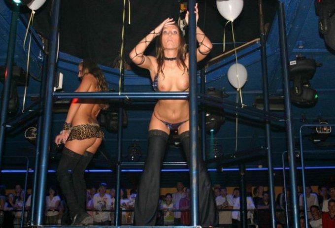 Вульгарные сучки развлекаются на пошлой вечеринке