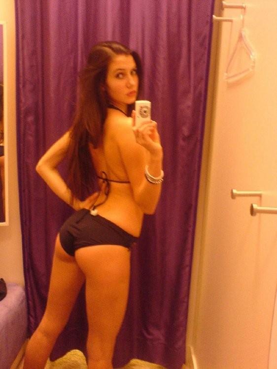 Девственные девки показали грудь перед зеркалом